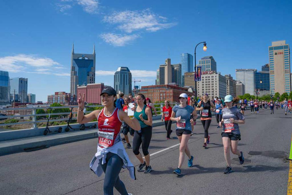 Runner gives peace sign mid-race